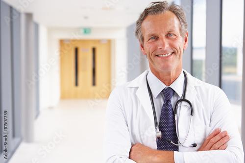 Plakat Portret Samiec Doktorska Pozycja W Szpitala Korytarzu