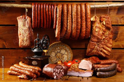 obraz lub plakat Wiejski stół z kiełbasą i szynką