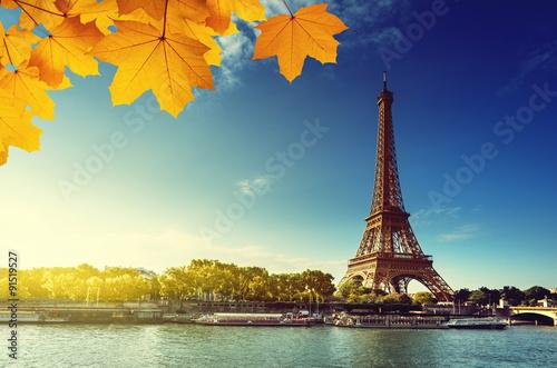 Fotografía  Sena en París con la torre Eiffel en la estación del otoño