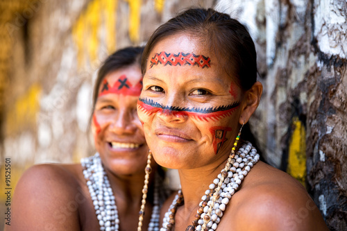Photo  Native Brazilian women smiling at an indigenous tribe in the Amazon