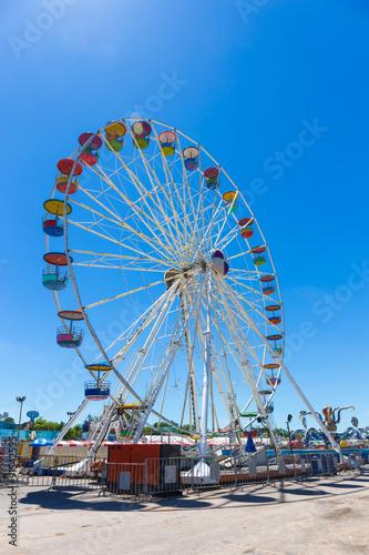 Papiers peints Attraction parc Giant ferris wheel in Amusement park with blue sky background