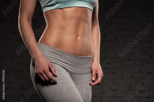 Fotografía  Fitness female woman with muscular body, do her workout, abs, abdominals