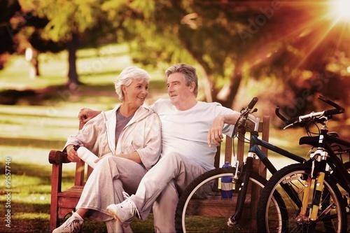 zlozony-wizerunek-starszej-osoby-para-z-ich-rowerami
