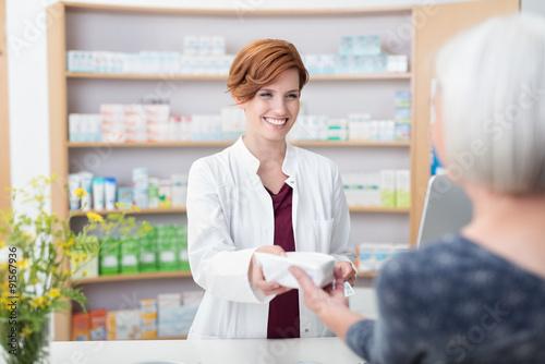 Deurstickers Apotheek ältere dame kauft medimamente in der apotheke