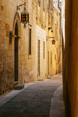 Obraz na Plexi Latarnie Ancient narrow maltese street in Mdina