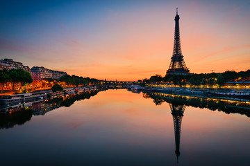 Wschód słońca na wieży Eiffla, Paryż