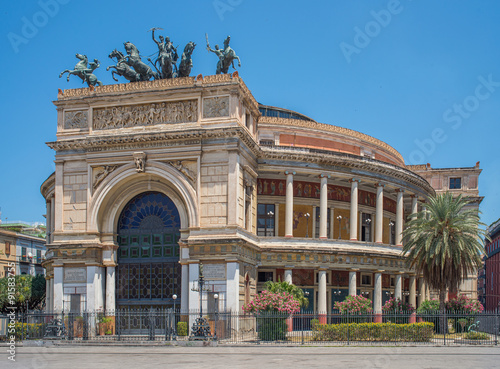 In de dag Palermo Politeama Garibaldi theater in Palermo, Sicily.