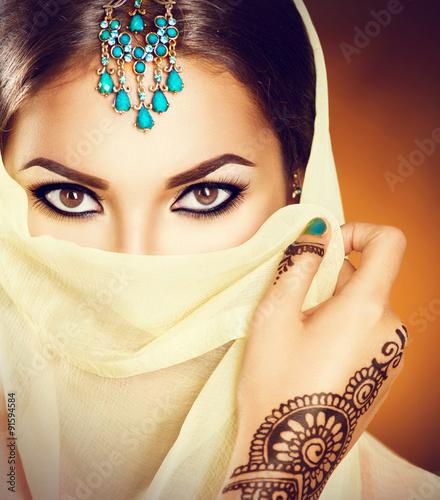 piekna-indyjska-kobieta-z-tradycyjnymi-turkusowymi-klejnotami-chuje-jej-twarz