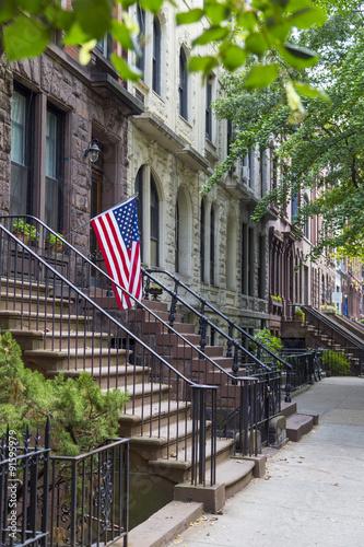 In de dag Chicago Brownstone houses in urban residential neighborhood of Brooklyn, NYC
