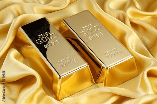 金の延べ棒/金色のシルクの上のゴールドバー Canvas Print