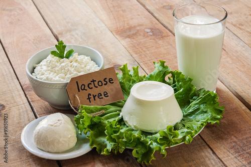 Plakat nietolerancja laktozy - jedzenie z tłem