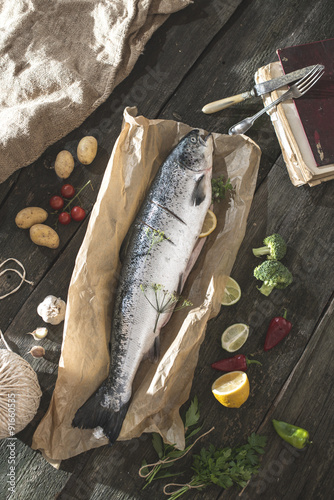 Fotografiet  Preparing whole salmon fish for cooking