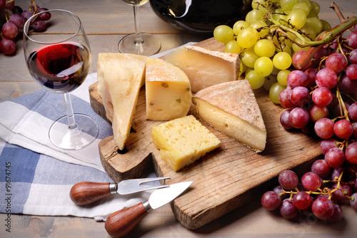 Fototapeta  Červené víno, hrozny a sýrem