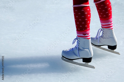 Fototapeta Bambina pattina su ghiaccio obraz