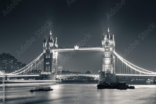 tower-bridge-w-nocy-w-czerni-i-bieli
