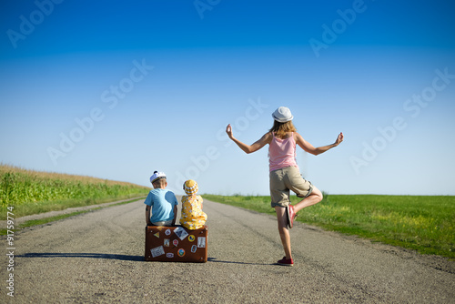 Fotografia, Obraz  Young woman meditating near two children on summer country road