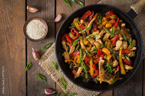 Stir fry chicken, sweet peppers and green beans. Top view Tapéta, Fotótapéta