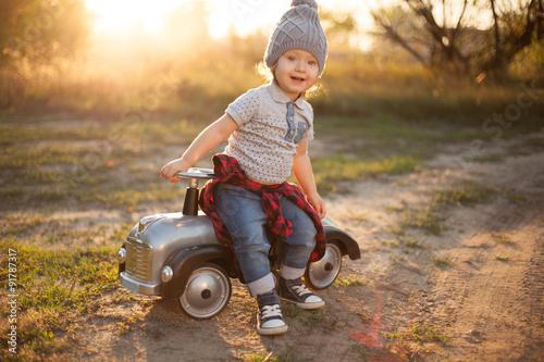Fotografie, Obraz  Batole pózují s hračkou závodního vozu