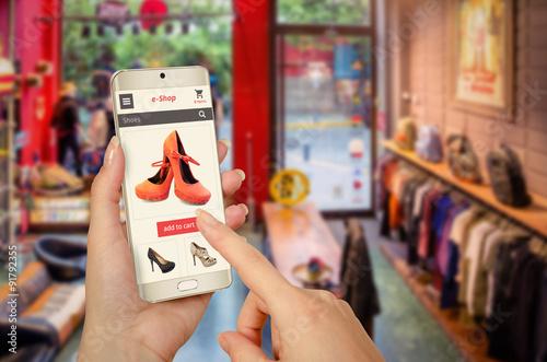 Fotografía  Compras en línea con el teléfono inteligente en la mano de la mujer