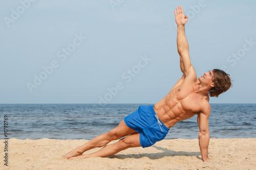 Fotografía  Man during workout on the beach