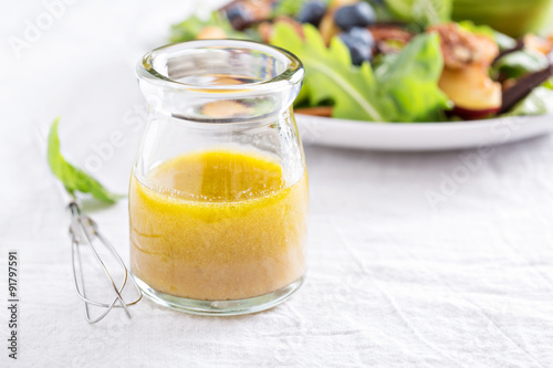 Fotografía  Salad dressing with olive oil and vinegar