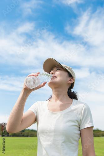 Fotografie, Obraz  ペットボトルで水分補給をする女性