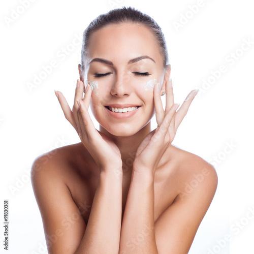 Fotografie, Obraz  Krásný model použití kosmetického ošetření krém na obličej na bílém
