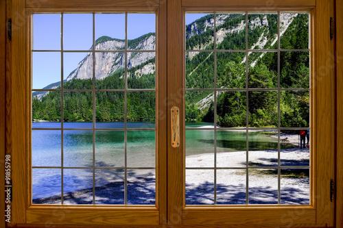 Lago alpino dalla finestra