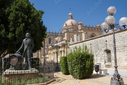 Denkmal von Gonzales Byass vor der Kathedrale La Colegiata in Je