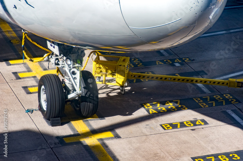 Fotografia  Front Wheels Boeing 747 on stand