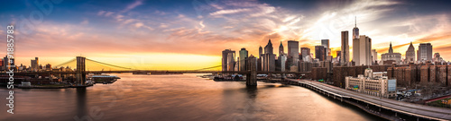Photo Stands Cappuccino Brooklyn Bridge panorama at sunset