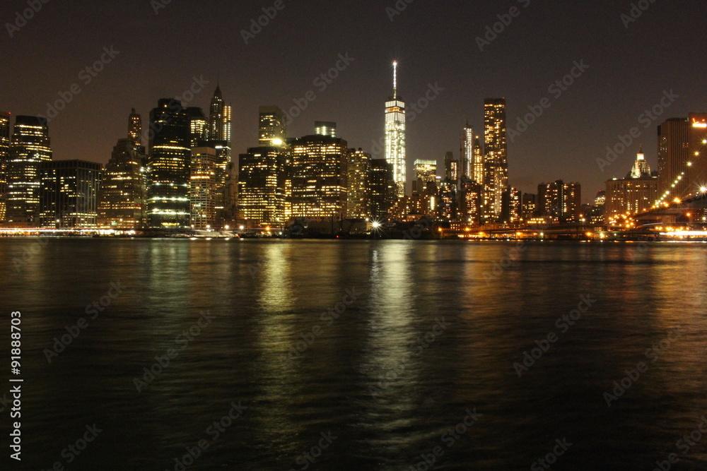 Hermoso puente de Brooklyn de noche