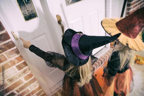 Valokuvatapetti Halloween: Girl Rings Doorbell To Trick Or Treat