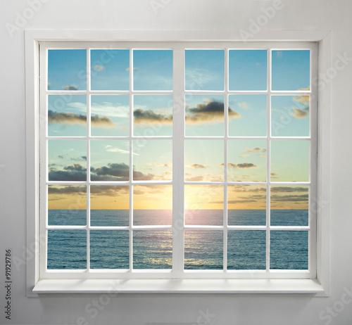 nowoczesne-okno-mieszkalne-z-widokiem-na-morze-podczas-zachodu-slonca