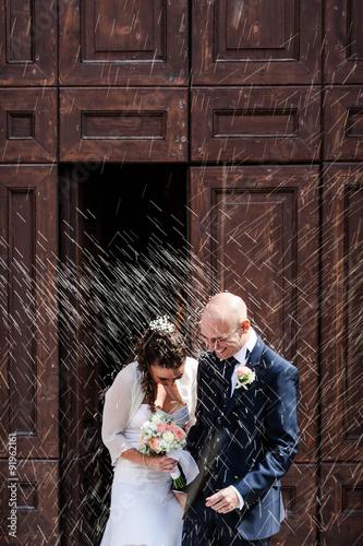 Fotografie, Obraz  lancio del riso agli sposi davanti portone chiesa