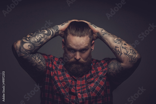 Foto Brutal guy with beard and tattooes.