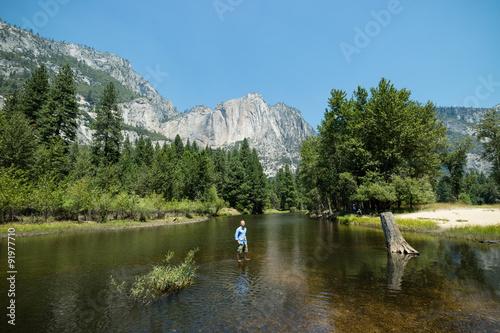 Photo  Man looking at idyllic view of Yosemite National Park valley during summer vacat
