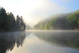 Mglisty poranek nad jeziorem - 92011137