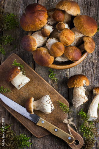 Foto  boletus mushrooms on rustic background