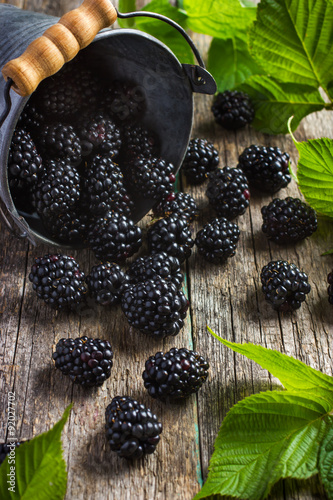 Fotografia  Fresh blackberry on wooden background