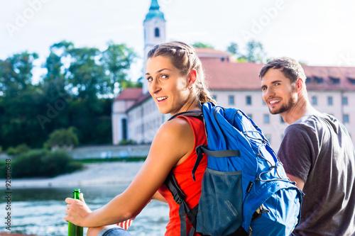 Plakat Paar wandert an Donau Kloster Weltenburg