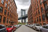 New York City Manhattan Bridge i budynek ceglany mur - 92050329