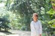 森の中を歩く高齢の日本人女性