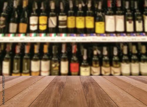 Fotografie, Obraz  Dřevěná podlaha a víno likér láhev na polici - rozmazané pozadí