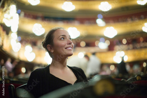 Mädchen im Auditorium von teatre Fototapete