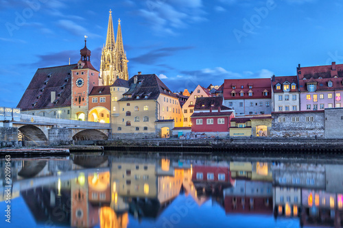Fotografia Historical Stone Bridge and Bridge tower in Regensburg