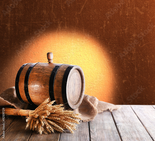 Papiers peints Affiche vintage Beer barrel on table on brown background