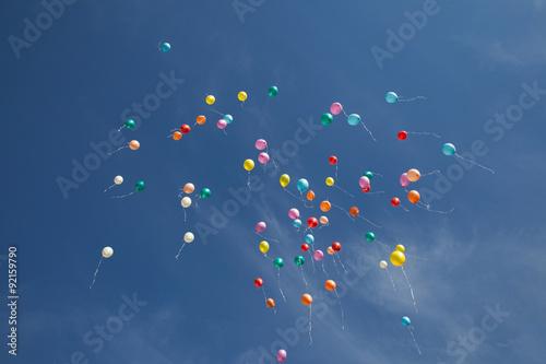 kolorowe-balony-na-ciemnym-niebie