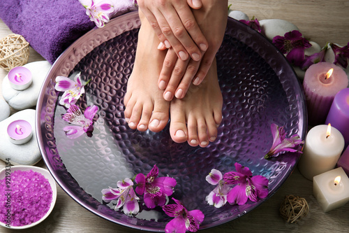 Montage in der Fensternische Pediküre Female feet at spa pedicure procedure