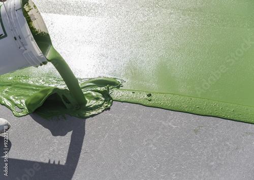 Foto  Pot de peinture versé sur le sol
